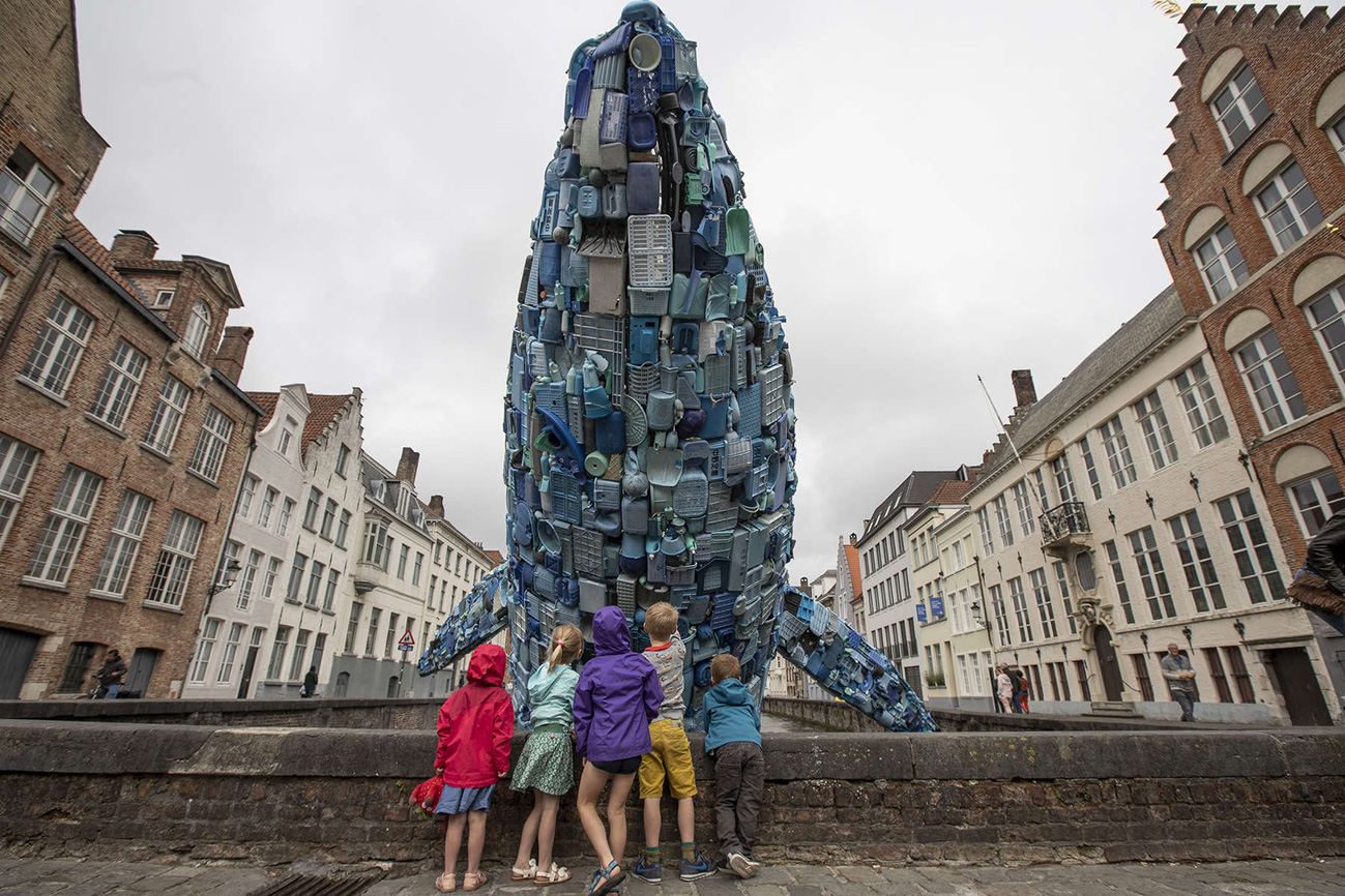 Bruges Whale with kids by Matthias Desmet WEB.jpg